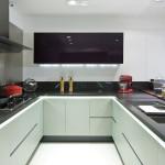 Kaunis harmoninen harmaa taso tasapainottaa valkoista keittiötä. Kuvassa Carbono.