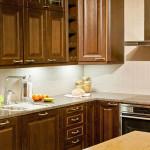 Keittiö perinteiseen makuun täydentyy luonnosta louhittavalla Mocca Brown graniitilla.