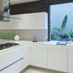 Kokonaan valkoisesta keittiöstä tulee unelmakeittiö, kun siihen lisätään voimakas yksityiskohta.
