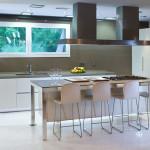 Kvartsimateriaalia voidaan käyttää työtasojen lisäksi myös ruokapöydäksi.