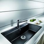 Musta huullettu suuri allas on käytännöllinen keittiön arjessa. Altaaseen mahtuu suuretkin pestävät asitat.