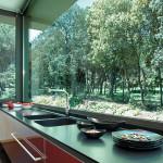 Runsas työtaso ikkunan edessä on keittiön käyttäjän unelma - juuri sellainen, jossa jopa tiskaaminen maistuu. Kuvassa Negro Tepas.