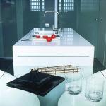 Työtasona toimivan kvartsin jatkeeksi sopii loistavasti kirkas lasinen ruokapöytä. Kuvassa Blanco Zeus.